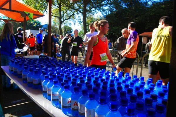 flesjes water staan klaar voor de hardlopers